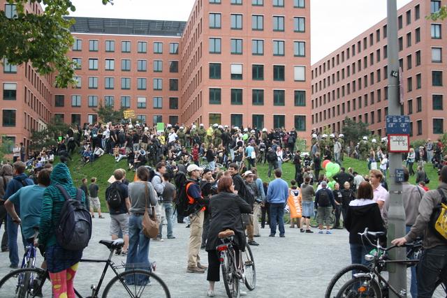 gemeinsames Gruppenbild mit Demonstranten und Polizei