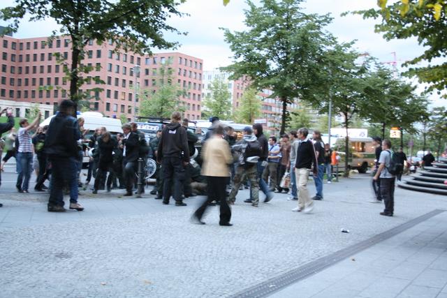Hier verprügeln ein paar Polizisten einige Demonstranten